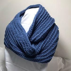🆕 blue rib stitch infinity scarf/cowl. So soft 💙